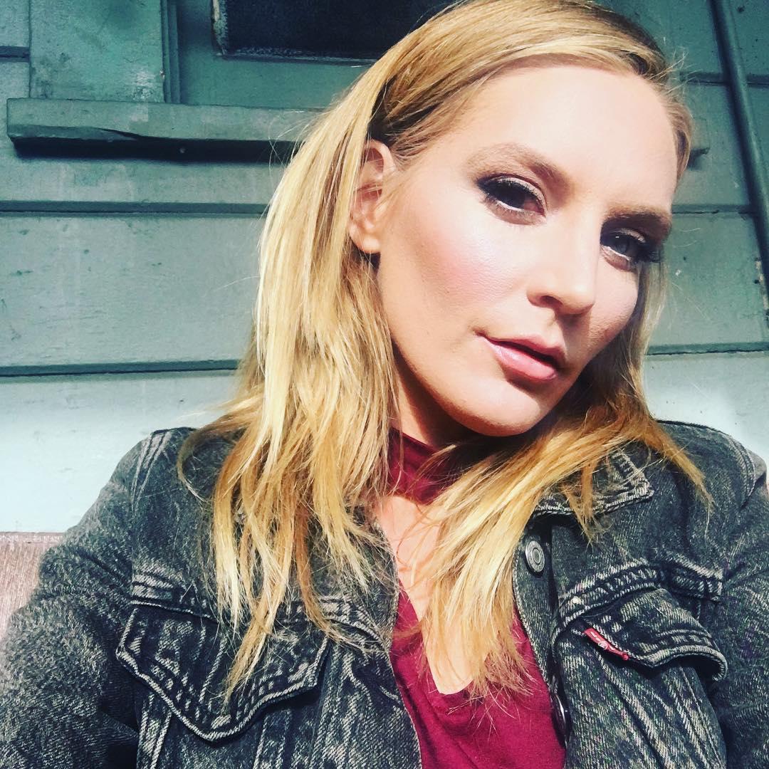 Mona Wales Instagram username
